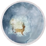 Snow Globe For Christmas With Reindeer Round Beach Towel