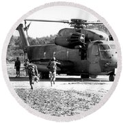 Soldiers Run To A Hh-53c Helicopter Round Beach Towel
