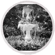 Spanish Moss Fountain With Bromeliads - Black And White Round Beach Towel