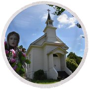 Statue At St. Mary's Church Round Beach Towel