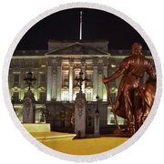 Statues View Of Buckingham Palace Round Beach Towel