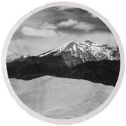 The Great Sand Dunes And Sangre De Cristo Mountains - Bw Round Beach Towel