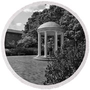 The Old Well At Chapel Hill In Black And White Round Beach Towel