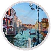 Venice  Aspetando Round Beach Towel