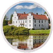 Wanas Slott With Reflection Round Beach Towel