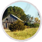 Weathered Barn In Fall Round Beach Towel