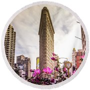 Flatiron And Flowers Round Beach Towel