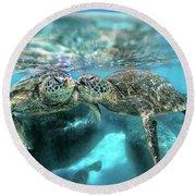 Kissing Turtle Round Beach Towel