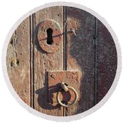 Old Wooden Door And Keyhole Round Beach Towel