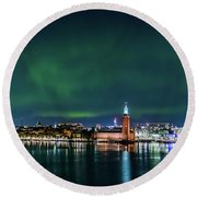Swirly Aurora Over The Stockholm City Hall And Kungsholmen Round Beach Towel