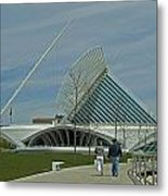 Couple In Front Of Milwaukee Art Museum Metal Print