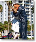 Couple Looking Up To The Famous Wwll Kiss Statue In Sarasota. Metal Print