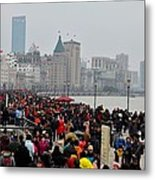 Holiday Crowds Throng The Bund In Shanghai China Metal Print