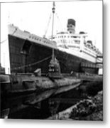 Morning Fog Russian Sub And Queen Mary 02 Bw Metal Print