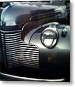 V8 Grill In Gray Metal Print