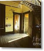 Visitor At The Meade Hotel Metal Print