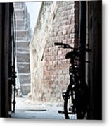 Bike In The Alley - Bicicleta En El Callejon Metal Print