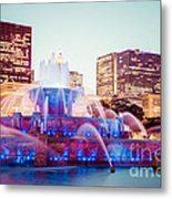 Buckingham Fountain And Chicago Skyline At Night Metal Print