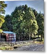 Old Barn Metal Print by Les Cunliffe
