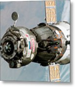 Iss Expedition 11 Crew Arriving Metal Print by NASA / Science Source
