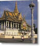 Royal Palaces Exterior Gate Metal Print by Richard Nowitz