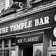 The Temple Bar Pub In Temple Bar Tourist Nightlife Area In Central Dublin Poster