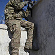 A U.s. Soldier Provides Security At An Art Print