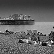 Holiday Makers On Brighton Beach Art Print