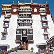 Line Of Pilgrims And Tourists Entering Former Living Quarters Of Dalai Lama In Potala Palace-tibet Art Print