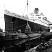 Morning Fog Russian Sub And Queen Mary 02 Bw Art Print