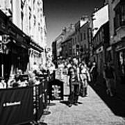 pedestrians and drinkers enjoying a sunday afternoon drink in the bunch of grapes pub high street Ga Art Print