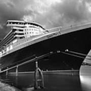 Queen Mary 2 In Hamburg Art Print