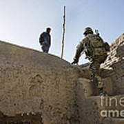 U.s. Army Soldier Climbs Stairs Art Print