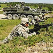 U.s. Soldiers Move Into Firing Art Print