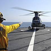 Boatswain's Mate Directs A Ch-46 Sea Art Print