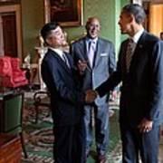 President Obama Talks With Commerce Art Print