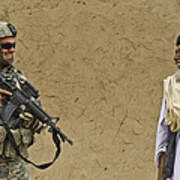 U.s. Army Specialist Talks To An Afghan Art Print