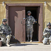 U.s. Soldiers On Guard At Fort Irwin Art Print
