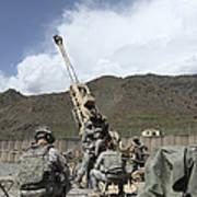 U.s. Soldiers Prepare To Fire Art Print