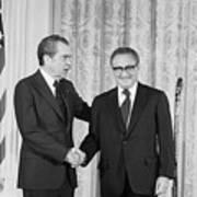 Nixon Shakes Hands With Kissinger Art Print
