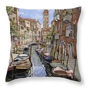 il gatto nero a Venezia Throw Pillow