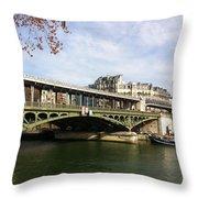 ponte verde a Parigi Throw Pillow