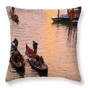 Gondolieri. Venezia. Italia Throw Pillow