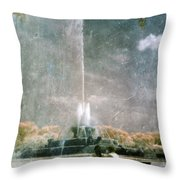 Two People By Buckingham Fountain Throw Pillow