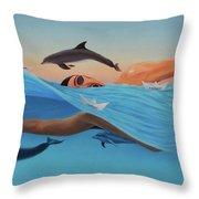 Nadando Contra Corriente Throw Pillow