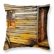 Do-00040 Old House Front Throw Pillow