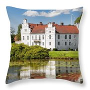 Wanas Slott With Reflection Throw Pillow