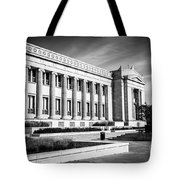 The Field Museum In Chicago In Black And White Tote Bag
