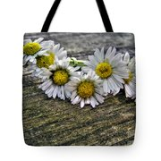 Daisies In Wreath Tote Bag