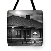 Train Depot At Night - Noir Tote Bag